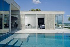 Synonyme de modernisme, l'atout charme de cette maison contemporaine est sa piscine miroir. Celle-ci s'impose dans la légèreté et se dévoile au cœur des pièces de vie, un étage plus bas, grâce à une fenêtre immergée.© Studio Éric Saillet