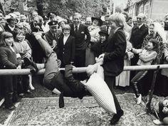 Kroonprins Willem-Alexander wint van zijn broer prins Constantijn met een potje kussengevecht tijdens het bezoek van de koninklijke familie aan Veere ter gelegenheid van Koninginnedag in 1981.