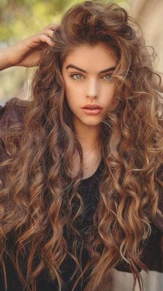 Do you like your wavy hair and do not change it for anything? But it's not always easy to put your curls in value … Need some hairstyle ideas to magnify your wavy hair? Curly Hair With Bangs, Long Curly Hair, Curly Hair Styles, Natural Hair Styles, Colored Curly Hair, Spring Hairstyles, Hairstyles With Bangs, Style Hairstyle, Wedding Hairstyles