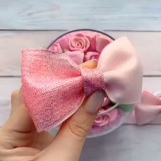Hair bow tutorials (pin to view) @ DIY Home Ideas.i LOVE making bows!Hair bow tutorials (pin to view) @ DIY Home Ideas Walters Walters Hebert I am sure you've seen thsi but just in case you haven't*I have so much ribbon I could use to make bows for my nie Diy Ribbon, Ribbon Crafts, Flower Crafts, Ribbon Bows, Felt Bows, Ribbons, Making Hair Bows, Diy Hair Bows, Diy Hair Clips