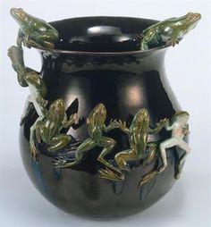 Jarra com friso de rãs- Rafael Bordalo Pinheiro (1893, Museu da Cerâmica das Caldas da Rainha).