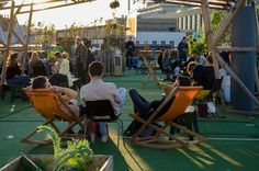 Roof Garden Arnhem heeft een zomerstop ingelast.Na 4 zinderende zomers op de daken van Arnhem nemen wetijd om terug te kijken en ons klaar te maken voor een nieuwe toekomst.Toen we 5 jaar geleden begonnen met Roof Garden,stonden pop-up initiatieven en duurzame evenementen nog in de kinderschoenen. We zijn blij dat dit zich enorm heeft ontwikkeld. Bij ons zijn nieuwe dromen en ideeën ontstaandie een langere aanlooptijd nodig hebbendan we gewend zijn. Wordt vervolgt...