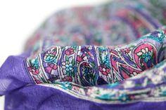 Vous raffolerez de ce carré en soie femme rose, foulard carré de soie pour les femmes et les filles fashion qui aiment la soie d'inde naturelle.