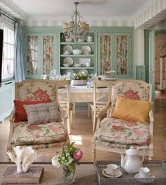 Love this sunny room.