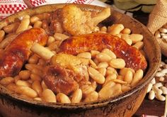 Here's the recepe of the typical southern french dish from Languedoc: Cassoulet. Having a strong taste and lots of carbs, it provides you with the energy you need to take on the southern french cycling roads! French Dishes, French Food, Chefs, Food Dishes, Main Dishes, Heritage Recipe, Beef Bourguignon, Wine Recipes, Planks