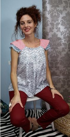 Woman blouse / lace sleeves and floral patterns.00416