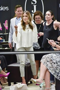 Sarah Jessica Parker wearing Sjp by Sarah Jessica Parker Fawn Pumps in Pink Sarah Jessica Parker, Love Her Style, Style And Grace, Carrie Bradshaw, Red Carpet Looks, Celebs, Celebrities, Star Fashion, Boho Chic