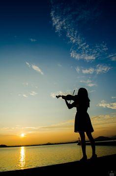 ポートレート43-3 Violin Photography, Musician Photography, Violin Art, Violin Music, Shadow Photos, Music Drawings, Cool Wallpapers For Phones, Music Aesthetic, Instruments