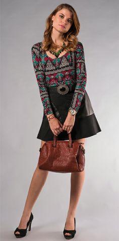 Blusa estampada, saia evasê, maxicolar e bolsa de couro da coleção Outono Inverno 2014 Marcia Mello. http://loja.marciamello.com.br/