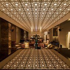 """A Braga au Portugal, l'agence Central Arquitectos a réalisé l'aménagement intérieur du bar """"Bô Zen"""". Dans cet espace d'inspiration orientale, les architectes ont effectué un mélange de matériaux nobles, le marbre et le bois créent une ambiance chaleureuse."""