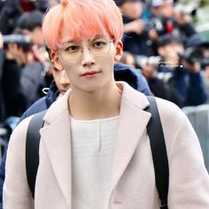Jeonghan in pink is a heavenly combo breath if u agree part 1 Carat Seventeen, Seventeen Debut, K Pop Boy Band, Boy Bands, Min Gyu, Jeonghan Seventeen, Hong Jisoo, Won Woo, Pledis 17