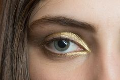 Zoom In on These Unforgettable Beauty Looks From Fashion Week: Just when you think you've seen all the beauty photos, pinned all the backstage beauty hacks, and discovered all the skin care secrets at Fashion Week, there are still plenty of eye-candy look Gold Eye Makeup, Makeup Art, Makeup Tips, Beauty Makeup, Hair Makeup, Hair Beauty, Makeup Ideas, Gold Eyeshadow, Eyeshadows