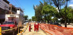 Obras de manutenção de placas de concreto: um mal necessário Motoristas que trafegam pelas avenidas Recife e Professor Luiz Freire enfrentam congestionamentos diariamente em qualquer horário do dia. Além de a quantidade de veículos ter aumentado bastante, o transtorno aumenta por conta de obras de requalificação do asfalto nas duas vias, executadas pela Empresa de Limpeza e Manutenção Urbana (Emlurb).  Pub 05.04.2013, às 15h00 (Leia [+] clicando na imagem)