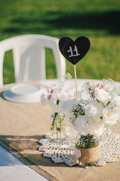Este casamento é o tutorial de como se junta cores alegres,gambiarras, corações de feltro e papel, toalinhas de crochê, garrafas de vidro reutilizadas para formar a mais linda e delicada decoração de casamento econômica e DIY do universo! Sim, me...