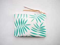 Weiße Minze Palm Leaf Leder Reißverschluss Kupplung von kertis, $88.00