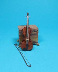 1:12//1:24 Dollhouse Miniature Music Instrument Classical Guitar Home Decor YL