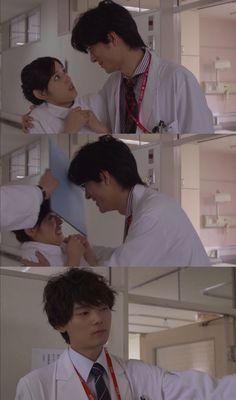 """El Dr. Nishigaki es el asesor de Naoki y está un poco molesto porque la popularidad de éste: """"Kotoko, él te engañará y te hará miserable. Deberías terminar con él mientras puedas. Entonces puedes salir conmigo""""- se acerca a ella como si la fuera a besar, pero Naoki pone una carpeta entre ellos, haciendo que el  Dr. Nishigaki se golpee con ella y le cambia el tema- """"No puedes aceptar ni una broma""""- Itazura na Kiss Love in Tokyo 2, Episodio 13"""