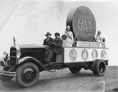 Lata 30-te XX w., reklama Nivea na podwoziu ciężarówki Citroen