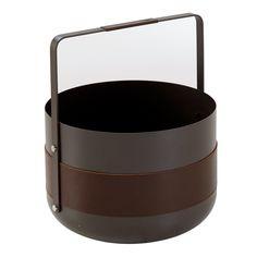 Das schöne Design des robusten Korbs aus pulverbeschichtetem Metall mit einem Lederband und feinen Edelstahldetails stammt aus Schweden. Er fasst ausreichend Holzscheite für einen gemütlichen Abend am Kamin.