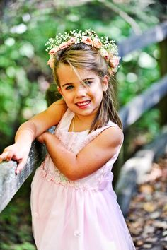 How sweet is this headpiece? | @3 Chicks That Click Photography #flowergirl