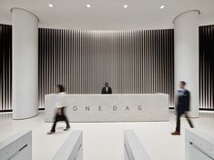 To say that the lobby of One Dag Hammarskjold Plaza was cluttered prior to its recent renovation would be a wild understatement. Modern Reception Desk, Reception Desk Design, Lobby Reception, Lobby Interior, Office Interior Design, Office Interiors, Studios Architecture, Architecture Office, Design Industrial