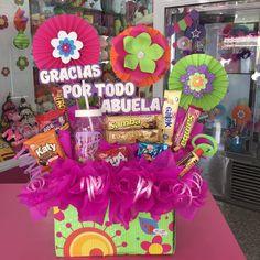 La imagen puede contener: 1 persona, flor Candy Bouquet, Balloon Bouquet, Diy Birthday Box, Tarjetas Diy, Weird Gifts, Magic Box, Candy Boxes, Candy Gifts, Origami
