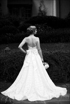 love this bridal pose Bridal Portrait Poses, Bridal Poses, Bridal Session, Portrait Ideas, Chic Wedding, Wedding Pictures, Wedding Stuff, Wedding Gowns, Dream Wedding