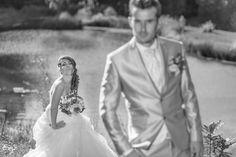 Contre jour, photo noir et blanc de jeunes mariés Marie, Photos, Wedding Dresses, Fashion, Newlyweds, Photo Black White, Bride Dresses, Moda, Pictures