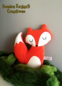 renard, champi et cie . Diy For Kids, Crafts For Kids, Felt Crafts, Diy Crafts, Personalized Housewarming Gifts, Fox Toys, Baby Couture, Sewing Projects For Kids, Valentine Wreath