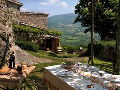 Check out these 12 outdoor dining space ideas to provide inspiration for an al fresco dining experience. Italian Farmhouse, Italian Home, Italian Villa, Italian Dining, Italian Style, Siena Toscana, Mountains In Italy, Italy Landscape, Landscape Design