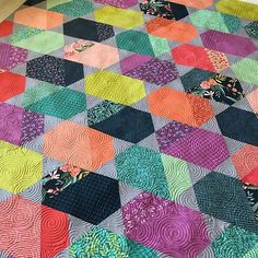 WEBSTA @ quiltingismybliss - Finished this gorgeous #cometquilt for @lelliebunny its a pattern by @jaybirdquilts I quilted a pantograph called Dizzy Izzy on it!  Now I know how I want my Comet quilt quilted! Not all quilts need custom work. #quiltingismybliss #quiltersdream #proudinnovian #innovalongarm #superiorthreads