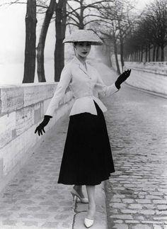 Moda anni '50, il celebre look Dior - Negli anni '50 si afferma il cosiddetto look Dior, formato da gonnello ampio inferiore e giacchino stretto intorno alla vita.