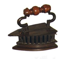 Indonesian bronze Iron: FOR SALE! majokl@xs4all.nl Vintage Appliances, Small Appliances, Antique Iron, Vintage Iron, Vintage Phones, Vintage Laundry, Iron Board, How To Iron Clothes, Flat Iron