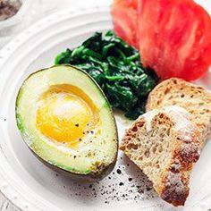 Jajko zapiekane w awokado | Kwestia Smaku