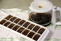 Coffee in Ice Tray This is one of the life hacks for coffee lovers. You don't like it when the ice dilutes your iced coffee, right? Then you can pour coffee in an ice tray and use the coffee ice cubes the next time you make iced coffee. Frappuccino, Yummy Treats, Yummy Food, Healthy Food, Coffee Ice Cubes, Iced Coffee Drinks, How To Make Ice Coffee, Making Coffee, Frozen Coffee