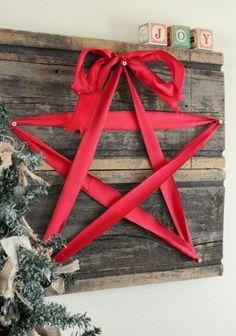 Hacer una estrella Usando la cinta...Coger  un tablón de madera y hacer una forma de estrella sobre él con cintas... puedes  ponerlo  en cualquier lugar que desee