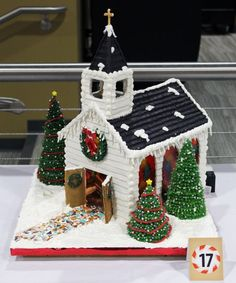 Beautiful Christmas Gingerbread House Ideas - Blush & Pine Creative - - There is a special skill that goes into making an amazing gingerbread house. Here I'm showing my favorite Christmas gingerbread house structures for Graham Cracker Gingerbread House, Gingerbread House Template, Gingerbread House Designs, Gingerbread House Parties, Gingerbread Village, Christmas Gingerbread House, Christmas Sweets, Christmas Baking, Christmas Cookies