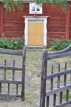 HWIT BLOGG: Öland spirar! Sweden House, Red Houses, Farm Gate, Fence Doors, Wooden Cottage, Yellow Doors, Scandinavian Home, Garden Gates, Beautiful Buildings