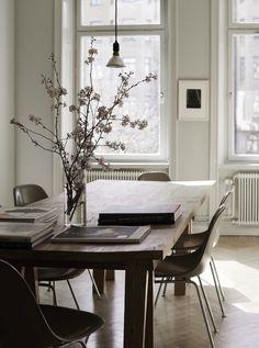 Cadeiras E o candeeiro pendente sobre a mesa é pequeno!