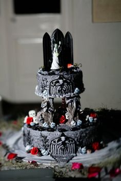 If you are planning a Halloween or a Goth-inspired wedding, this roundup will help you to decide on one of the most important things – your cake! A Hallowedding cake is often a real piece of confectionary art. Skull Wedding Cakes, Gothic Wedding Cake, Halloween Wedding Cakes, Halloween Cakes, Halloween Desserts, Samhain, Beautiful Cakes, Amazing Cakes, Goth Cakes