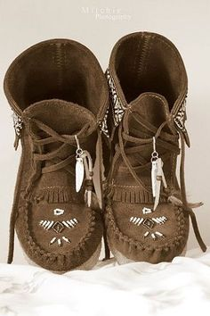 ➳➳➳☮American Hippie Bohemian Boho Bohéme Feathers Gypsy Spirit Style- Moccasin Boots - Another! Snow Boots, Ugg Boots, Boots Sale, Cute Shoes, Me Too Shoes, Botas Boho, Look Boho Chic, Boho Gypsy, Hippie Bohemian