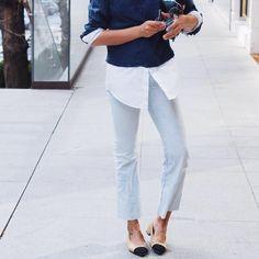"""Una camisa básica que sale, un pantalón ligeramente """"cropped"""" y los zapatos bicolor de Chanel."""