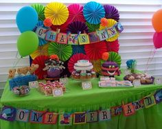 How gorgeous is the Mad Hatter Tea party dessert table