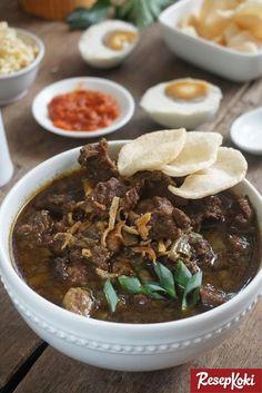 IG:@anitajoyo Rawon merupakan ikon kuliner dari Jawa Timur. Makanan ini banyak ditemui di sekitar Surabaya. Konon, rawon dulunya adalah makanan rakyat jelata yang akhirnya jadi sajian favorit para raja-raja. Rawon punya ciri khas tersendiri, yakni kuahnya yang berwarna hitam. Kuah hitam ini didapatkan dari bumbu keluwek. Isian dari rawon ini adalah potongan daging sapi yang...Read More Asian Recipes, Healthy Recipes, Indonesian Cuisine, Indonesian Recipes, Food Photography, Cooking Recipes, Cooking Ideas, Easy Meals, Food And Drink
