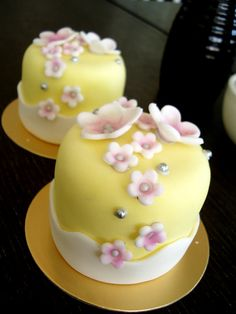 like the look only the main fondant color to be peach or pink or a mix of both