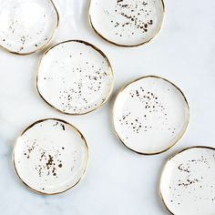 Beautiful gold and white speckled ceramic plates. White stoneware plates with gold design and rims look absolutely fantastic and go great in a minimal dark kitchen or table set. Ceramic Plates, Ceramic Pottery, Ceramic Art, Pottery Plates, Ceramic Coasters, Deco Originale, Ring Dish, Home Accessories, Dishes