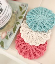 Whip up this cute and easy flower shaped scrubby which is perfect for your face or in the kitchen. Crochet one for every day of the week and simply pop them into the laundry. They make a great gift paired with a nice soap or a scented candle. Crochet Potholders, Scrubbies Crochet Pattern, Crochet Hooks, Crochet Yarn, Crochet Doilies, Dishcloth Crochet, Crochet Coaster, Crochet Projects, Crochet Ideas