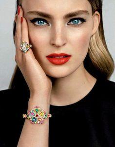 A meleg tónusú hölgyeknek tökéletes választás egy narancsos rúzs, a kék szemeket pedig ez az árnyalat még jobban kihangsúlyozza.