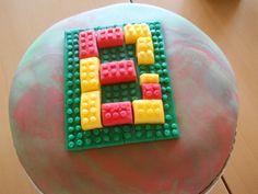 Und alle so: Legotorte!  Mühevolle Kleinst-Detailarbeit und ein bestimmt richtig glückliches Kind. Übrigens: Unter der Fondantdecke verbirgt sich eine kunterbunte Regenbogentorte!