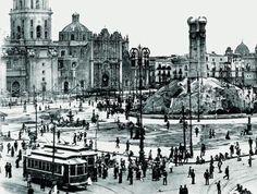 Alrededor de 1915 por las siguientes razones: Los tranvías eléctricos son del tipo, tamaño y color que originalmente tuvieron en sus inicios a principios del siglo XX; del atrio de la Catedral han desaparecido los frondosos fresnos, los cuales fueron talados de acuerdo con la idea del Ing. Alberto J. Pani en 1914 de permitir el lucimiento de tan simbólicos edificios, igualmente desaparecieron los que había en la plaza y desapareció el kiosko.